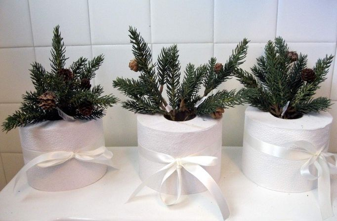 Christmas bathroom decor 9 types photo and ideas for Bathroom xmas decor