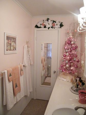 Christmas bathroom decor 9 types photo and ideas for Decorated bathrooms photos